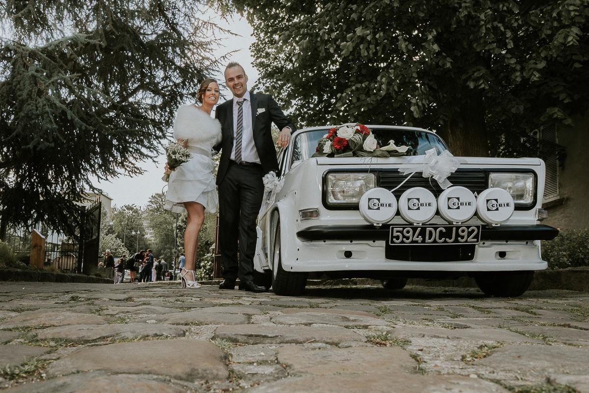 couple de mariés posant devant voiture de collection mairie de longjumeau