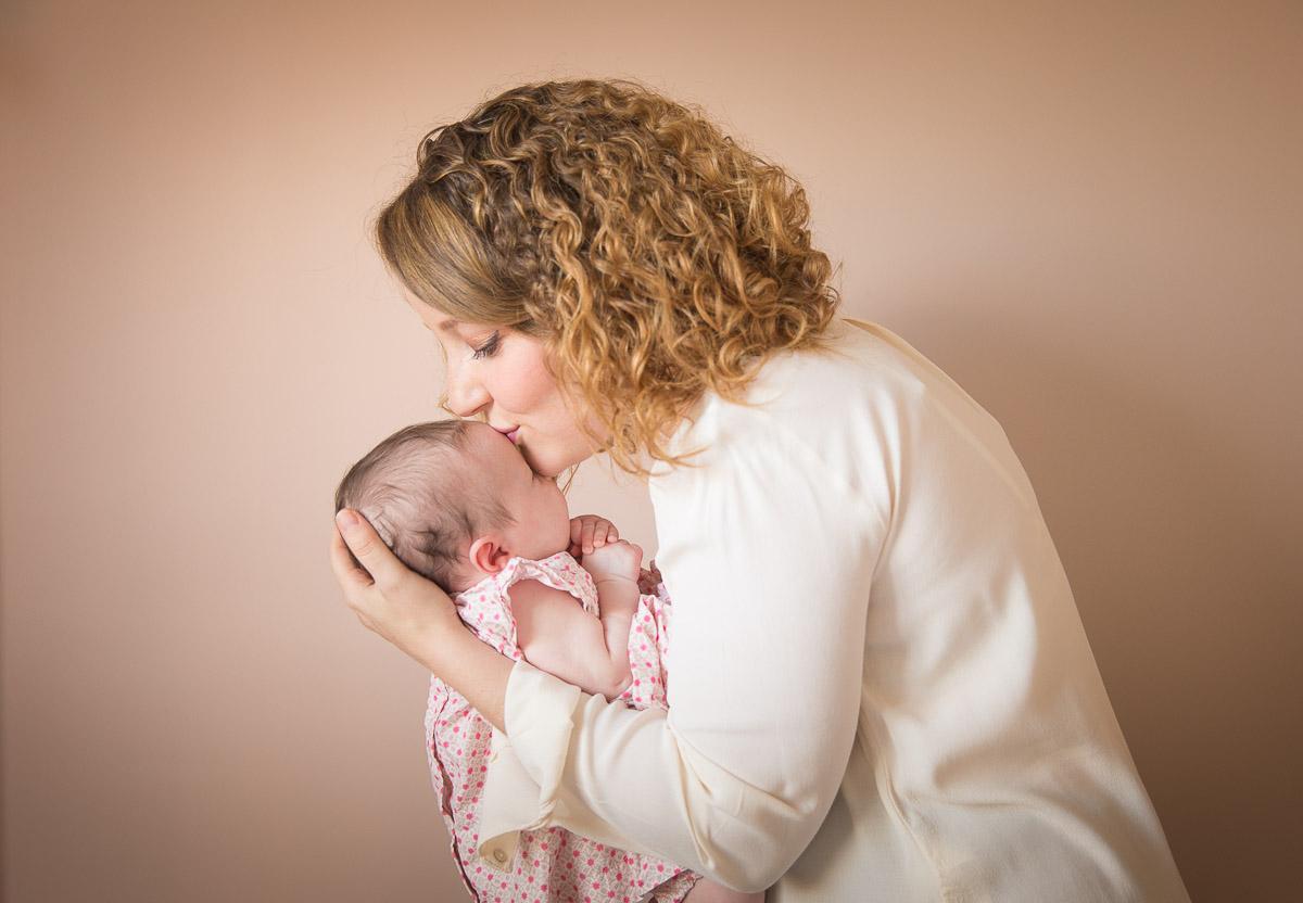 mère donnant un baiser à son bébé fille