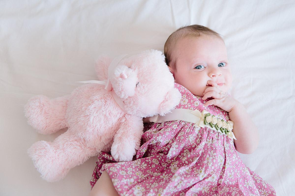 portrait bébé fille tenant son ourson dans les bras