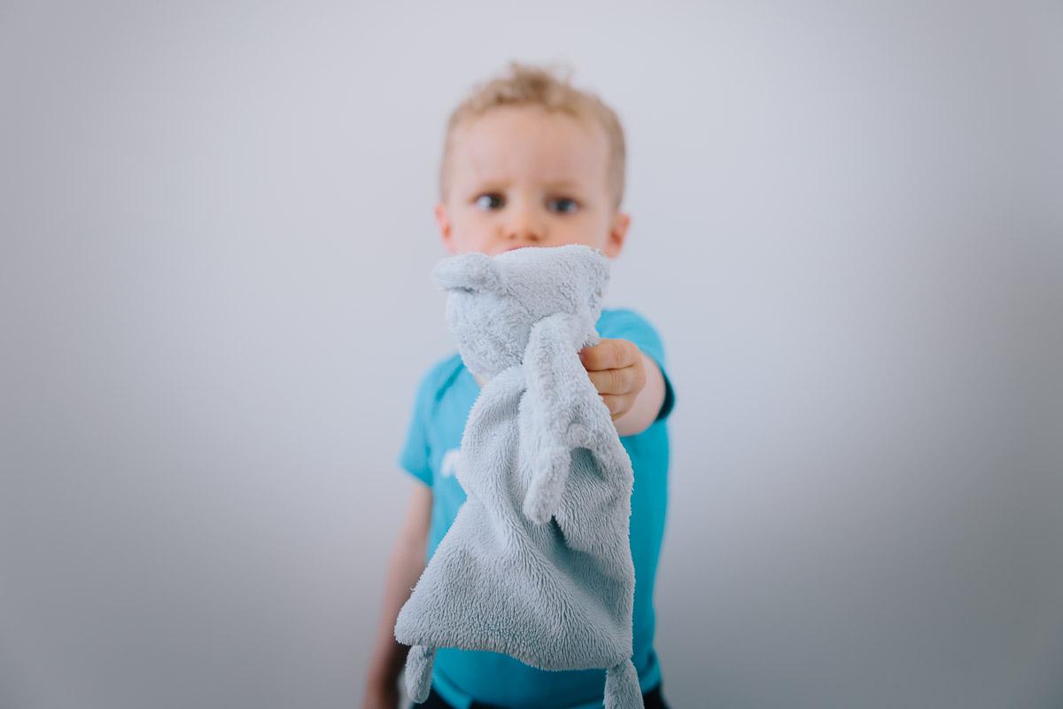 Photo d'enfant jouant avec son doudou