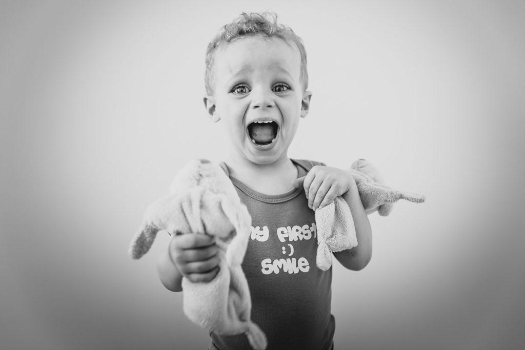 photo noir et blanc garcon jouant avec doudous