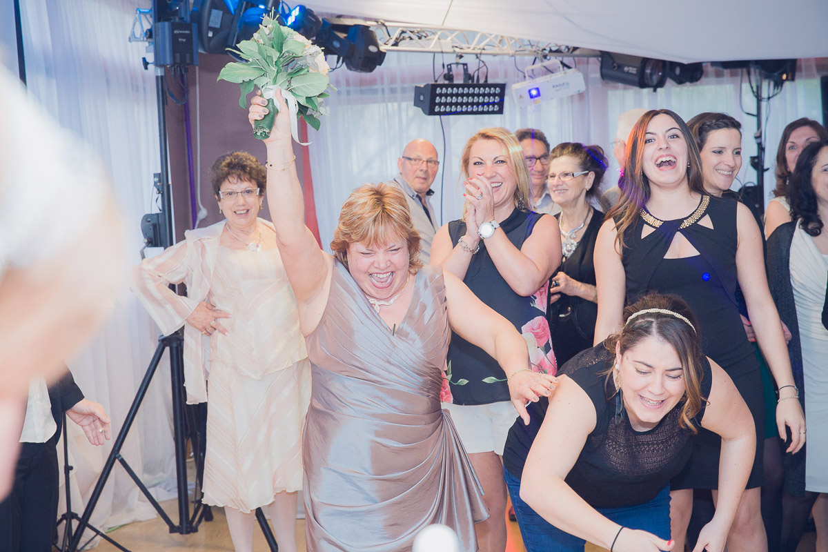 mariage espace le liceas restaurant lisses photographe lancé de bouquet