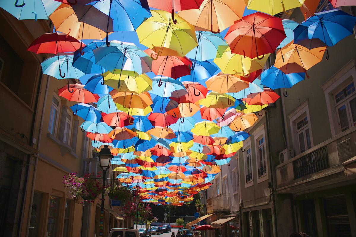 parapluies multicolores ciel chapeu cores umbrellas agueda aveiro portugal