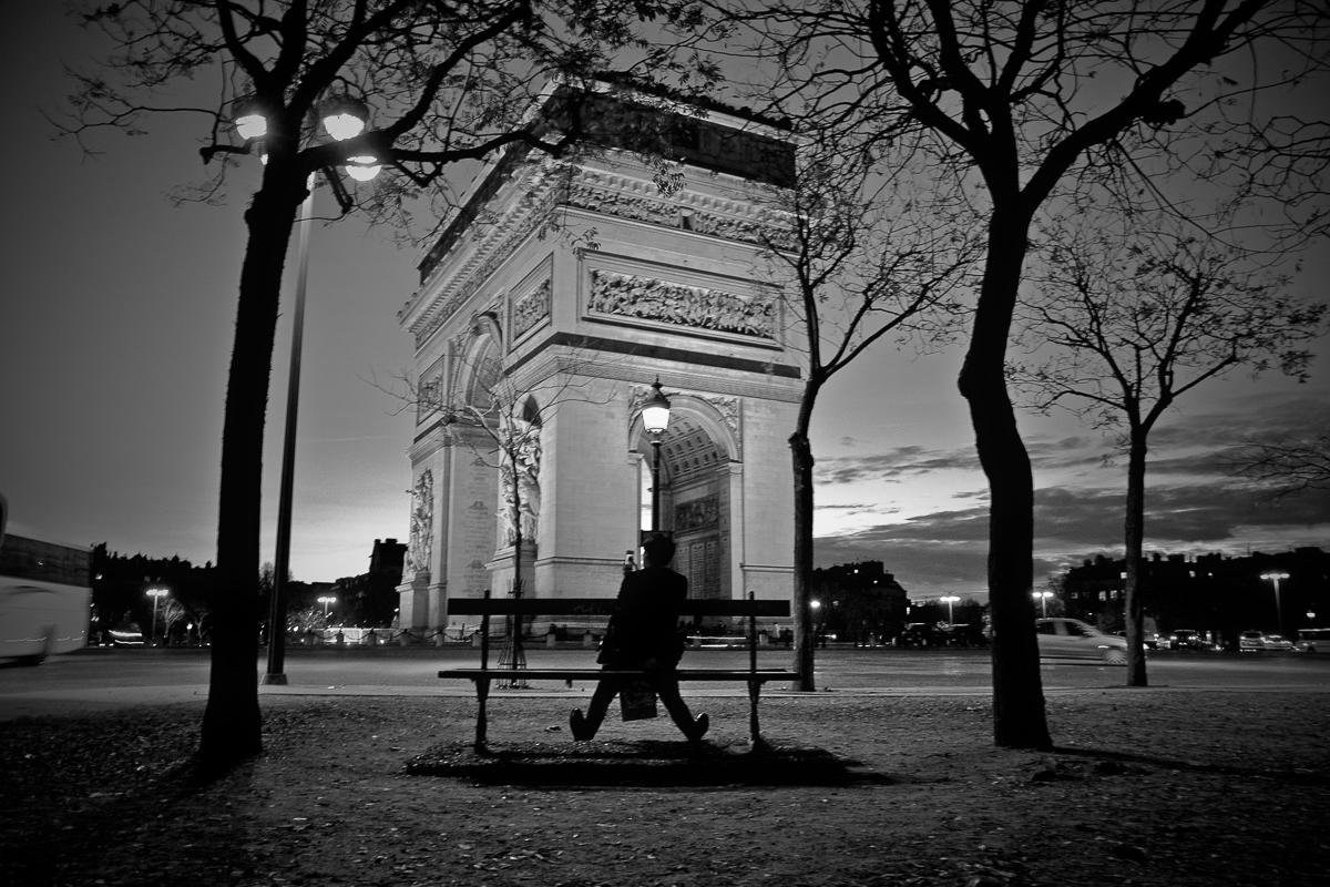 arc de triomphe noir et blanc homme sur le banc