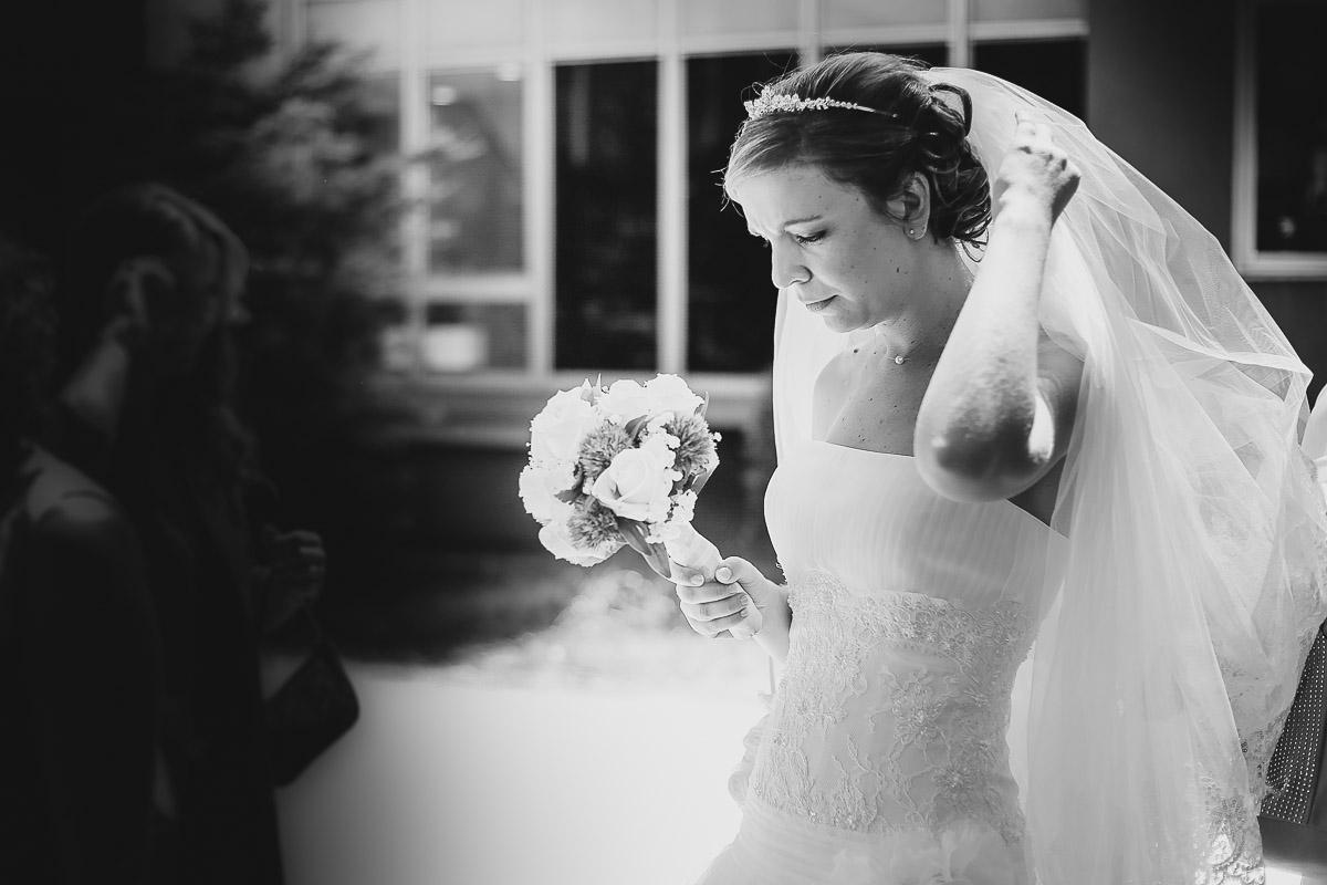 mariée et son bouquet avant cérémonie antony