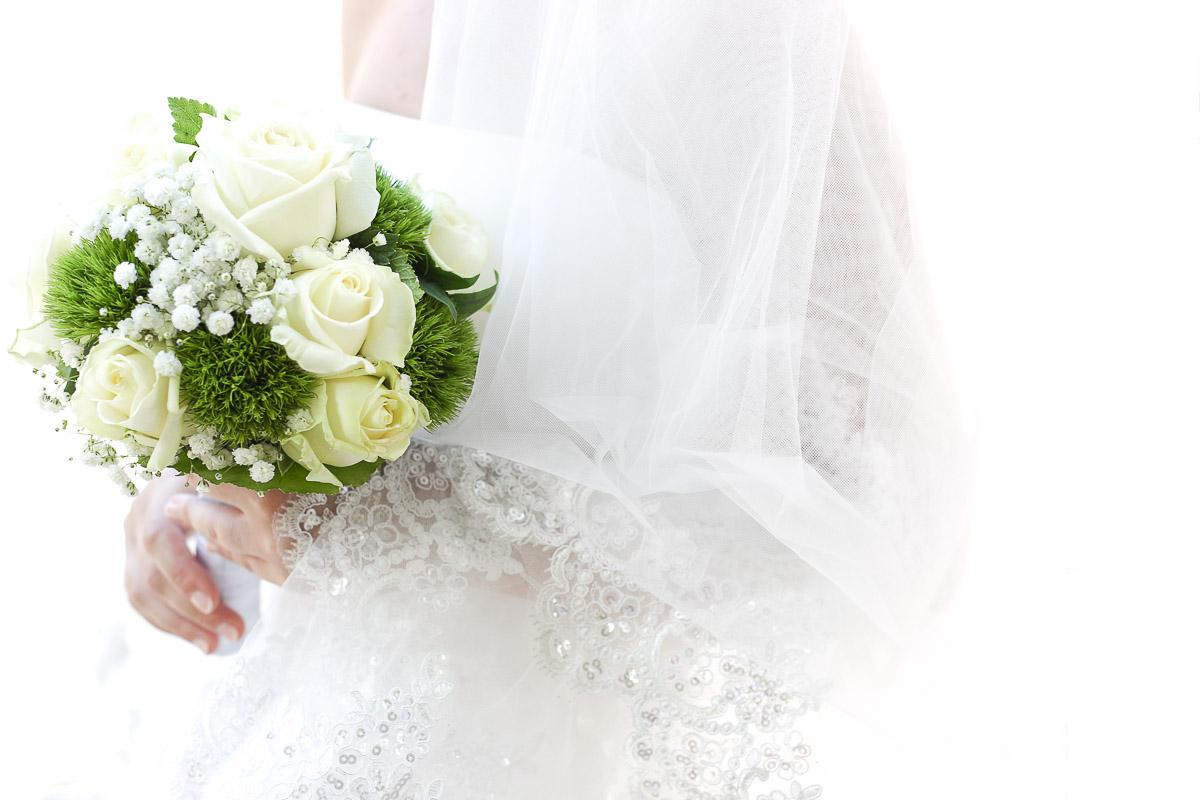 mariée et son bouquet roses blanches en fond blanc avant cérémonie mariage antony