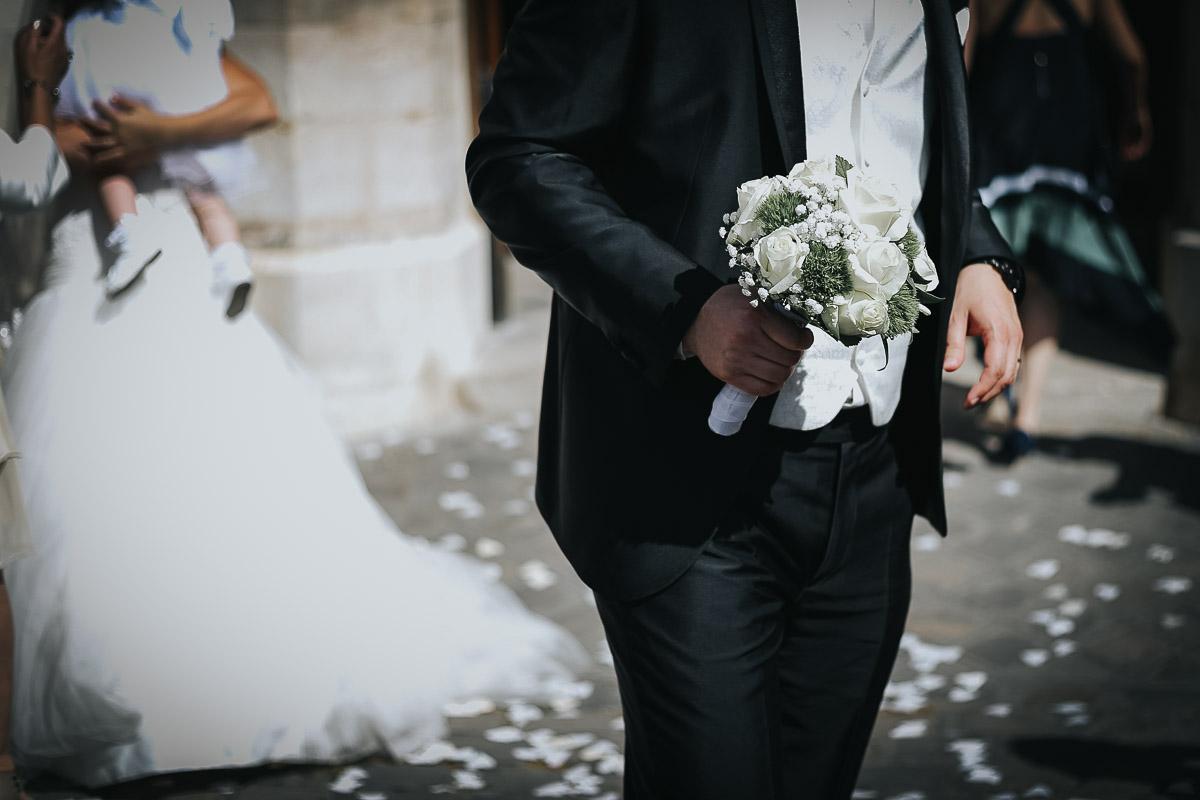 marié range bouquet de sa marié sortie eglise saint saturnin antony