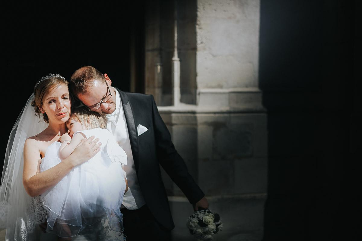 photo mariés et leur enfant sortie d'église saint saturnin antony frederico santos photographe