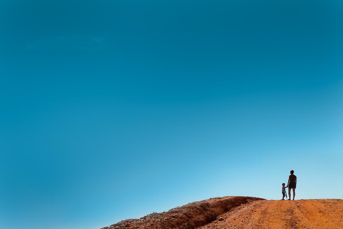 portrait minimaliste famille sur ciel bleu et route sablée espagne andalousie