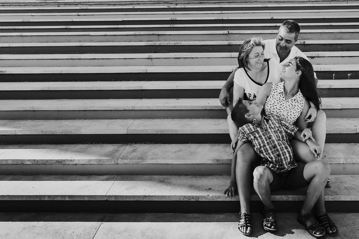 photo famille heureuse sur des escaliers portugal