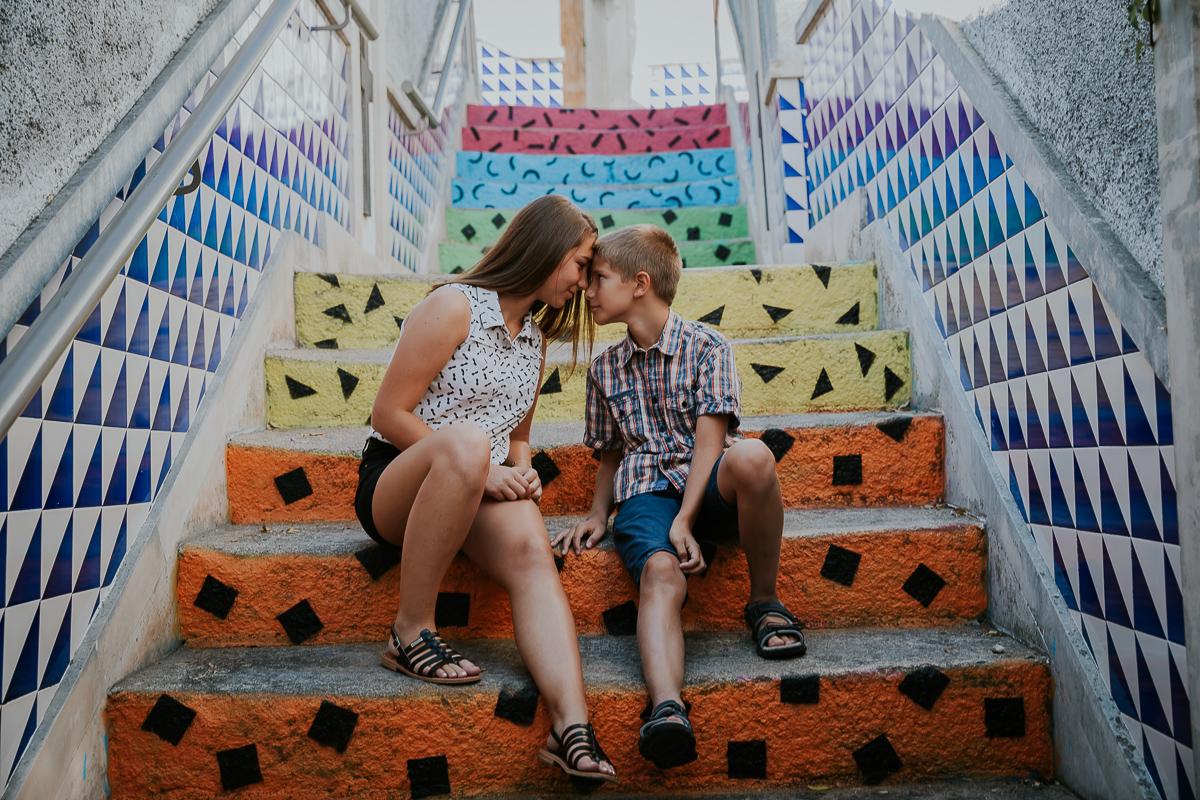 frere et soeur se regardent sur escalier coloré frederico santos