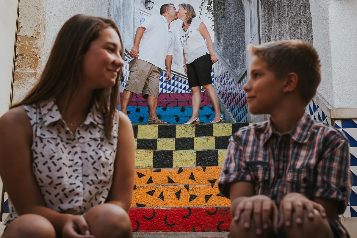 belle photographie famille sur des marches colorées