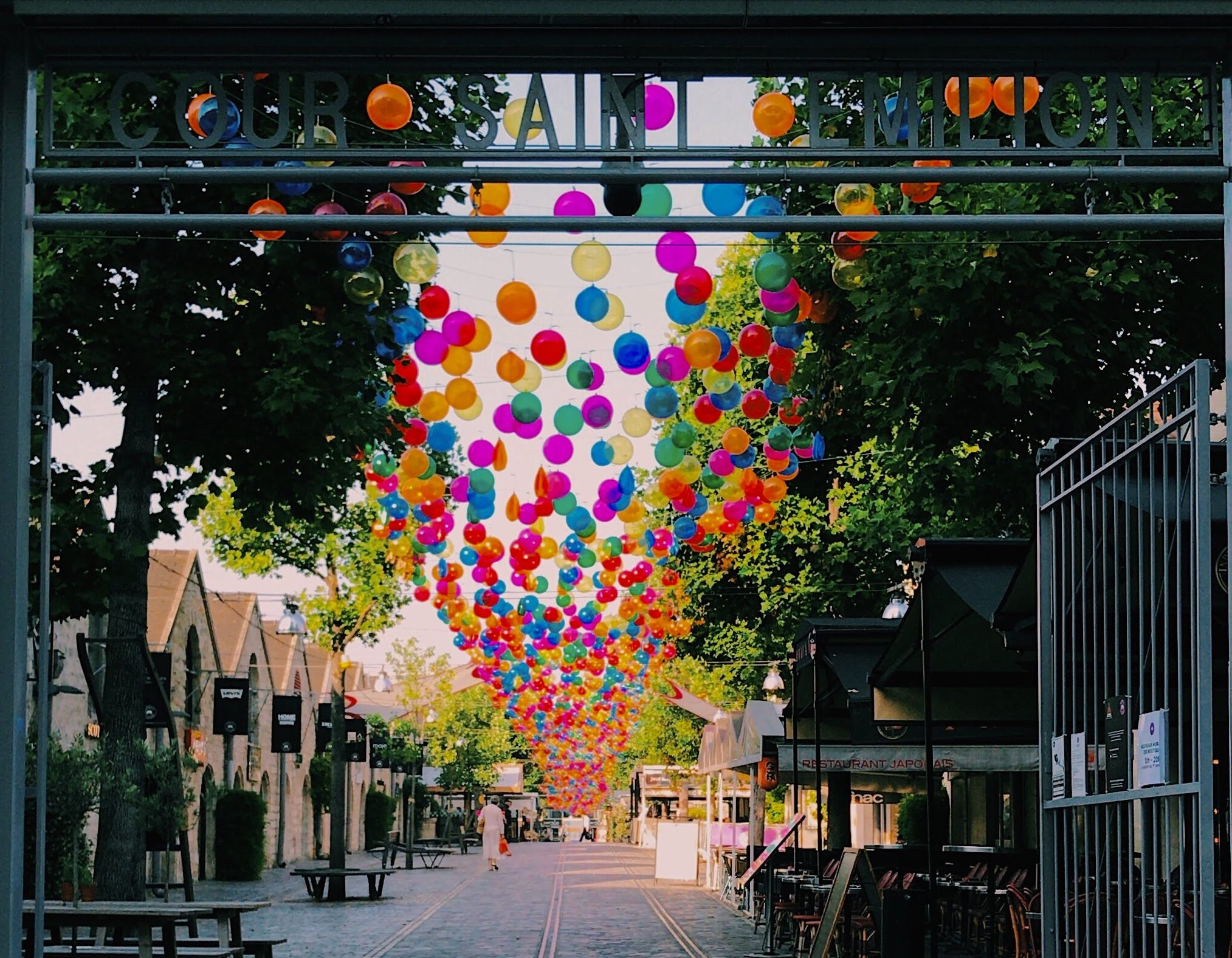 Bercy Village recouverts de ballons multicolores